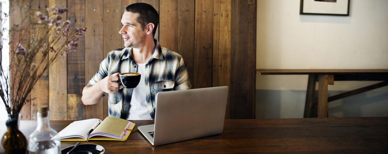 Flexible Learning: Mann mit Laptop am Esstisch