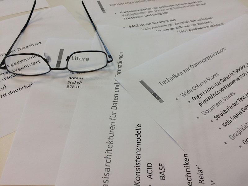 Brille liegt auf Arbeitsblättern