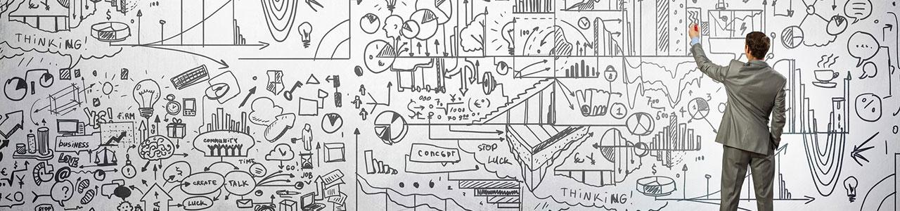 Mann skizziert Ideen auf einem riesigen Whiteboard