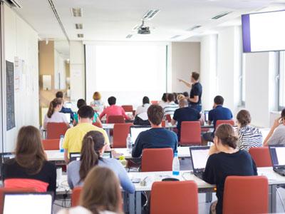 Seminarraum mit Teilnehmenden