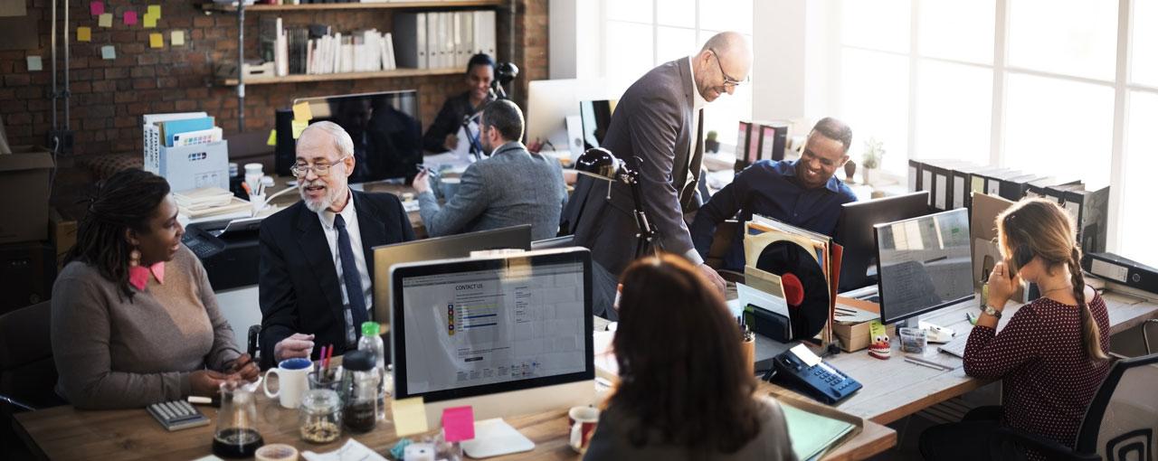 Mitarbeiter im Büroalltag
