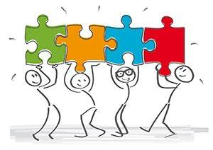 Vier Strichmännchen halten jeweils ein Puzzleteil über den Kopf