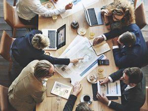 Mitarbeiter während des Meetings am Tisch (Agilität)