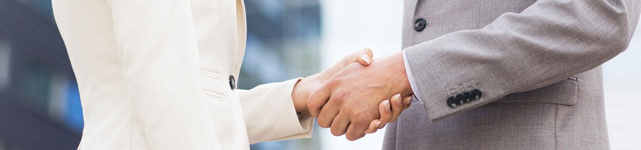 Nahaufnahme von Handschlag zweier Geschäftsleute