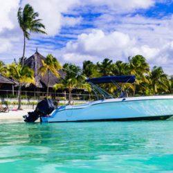 Schnellboot an traumhaftem Strand
