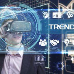 Mann mit VR-Brille vor Screen mit Icons