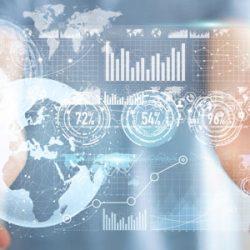 real time advertising: Zwei Hände mit illustrierten Datensätzen