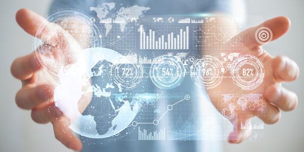 Zwei Hände mit illustrierten Datensätzen