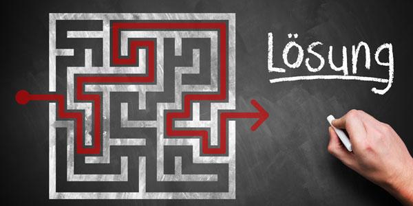 Labyrinth mit Lösungsweg auf Tafel gemalt