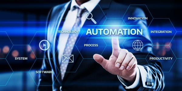 Hand klickt Automatisierungsbutton