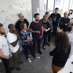 Prozessqualität: Menschen im Teammeeting vor Whiteboard