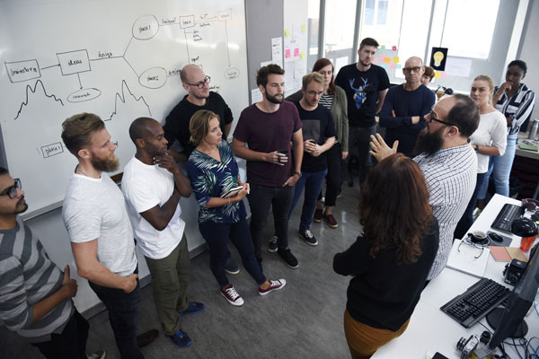 Menschen im Teammeeting vor Whiteboard