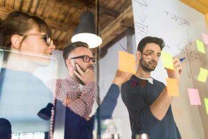 Agile Methoden: Menschen an Glastafel