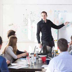 Ausfahrt Digitalisierung: Kollegen in einer Besprechung