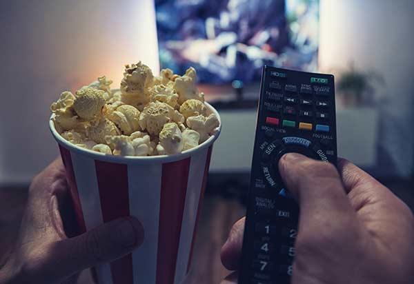 Popcorn, Fernseher und Fernbedienung