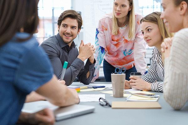 Agil Lernen: Kollegen am Arbeitstisch