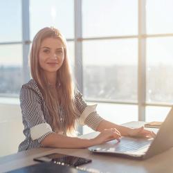 Frau beim E-Learning am Schreibtisch mit Notebook