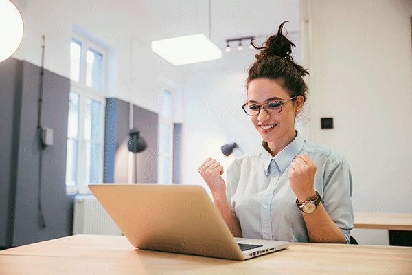 Frau am Laptop freut sich